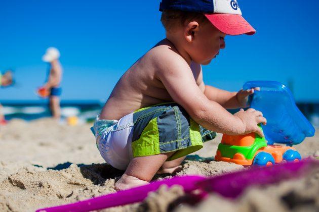 chlapec na pláži