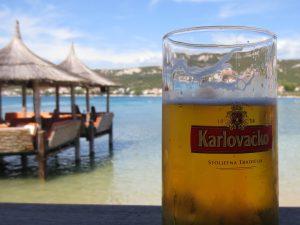 Chorvatsko, pivo na pláži